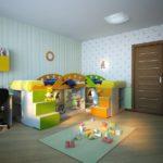Яркая мебель на фоне нейтральных оттенков обоев в комнате мальчиков