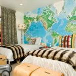 Ящики для игрушек в виде походных сундуков и карта на стене приглашают в воображаемое путешествие